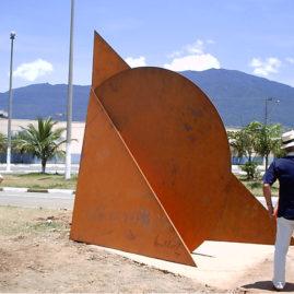 Emanoel Araujo, Sem Título. Chapa de aço cortem (SAC 50) de 13mm, aplicação de jato de areia e acabamento sem tinta para oxidação.  3,5m x 2,5m x 2,5m.